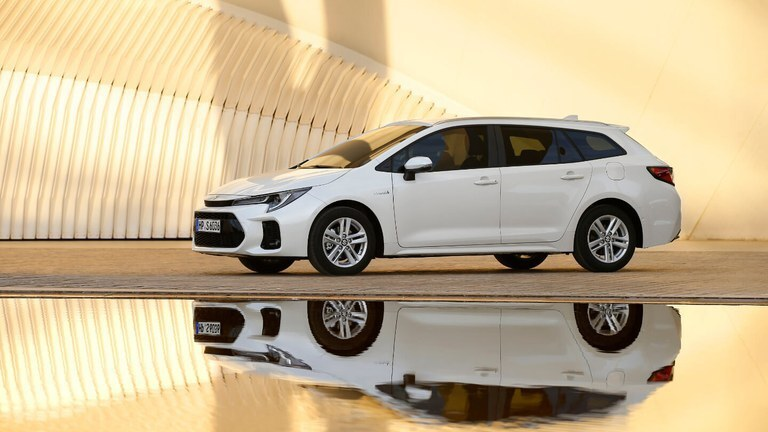 Suzuki Swace Hybrid in in White Pearl Metallic.