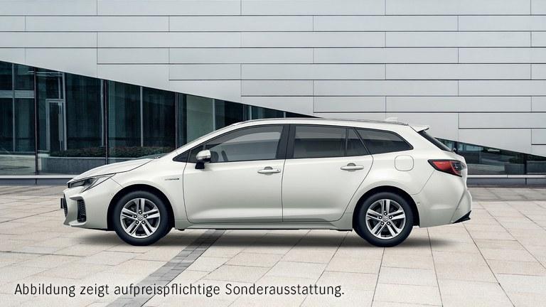 Suzuki Swace Hybrid in White Pearl Metallic in der Stadt.