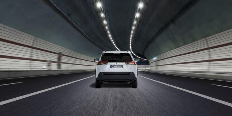 Lenkrad mit Tempomat des Suzuki Swift Hybrid.