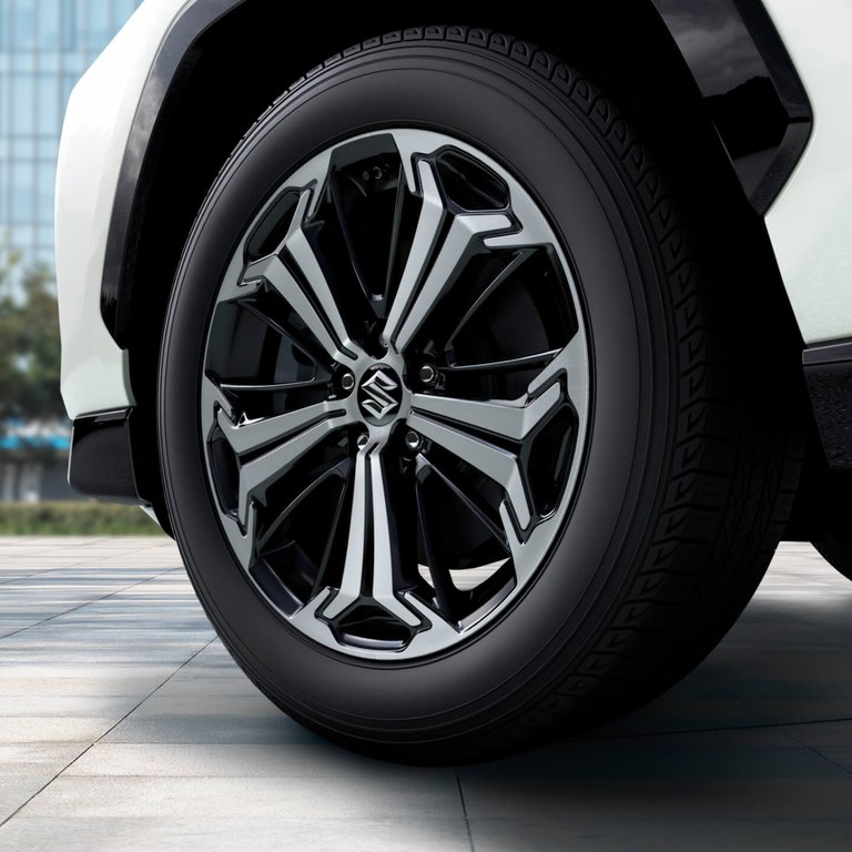 Detailaufnahme der Alufelgen eines Suzuki Across Hybrid in White Pearl Crystal Shine Metallic.