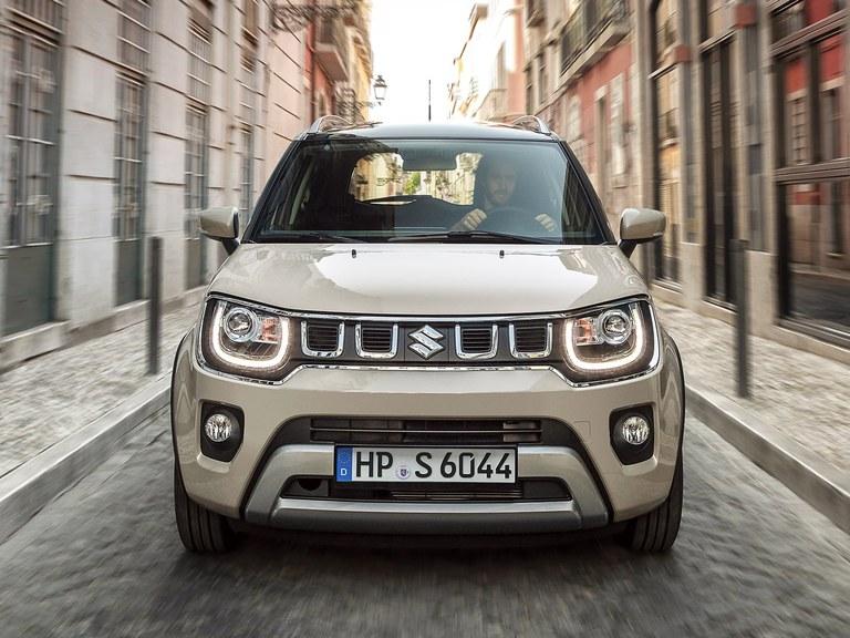 Frontansicht des Suzuki Ignis Hybrid in Caravan Ivory Perl Metallic mit ausgeschaltetem Licht.