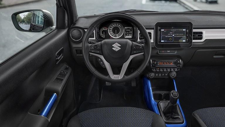 Innenraum des Suzuki Ignis Hybrid mit blauen Akzenten.