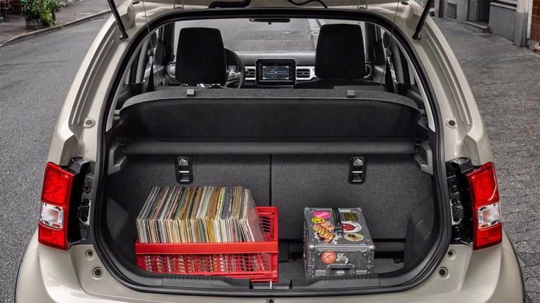 Aufnahme des Gepäckraums eines Suzuki Ignis Hybrid in Pure White Pearl Metallic.