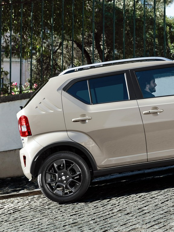 Seitlich fotografierter Suzuki Ignis Hybrid in Pure White Pearl Metallic, Fokus auf dem Privacy Glass der hinteren Fenster.