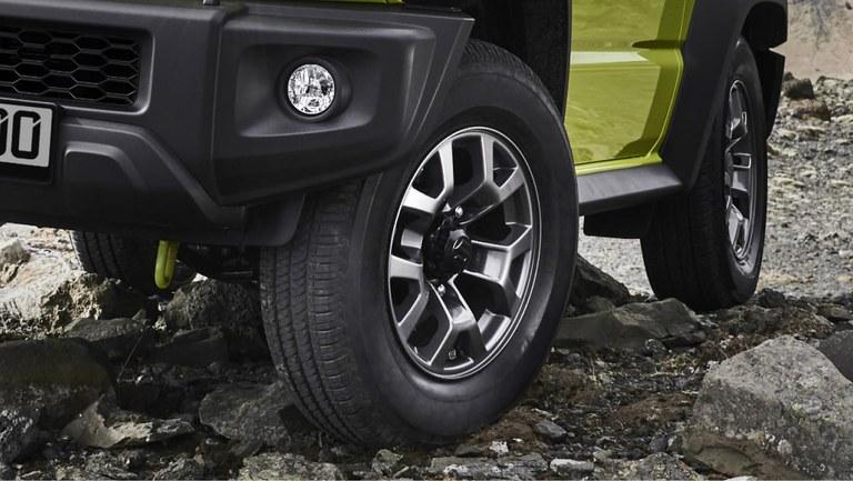 Detailaufnahme der Alufelgen eines Suzuki Jimny Hybrid in Kinetic Yellow.