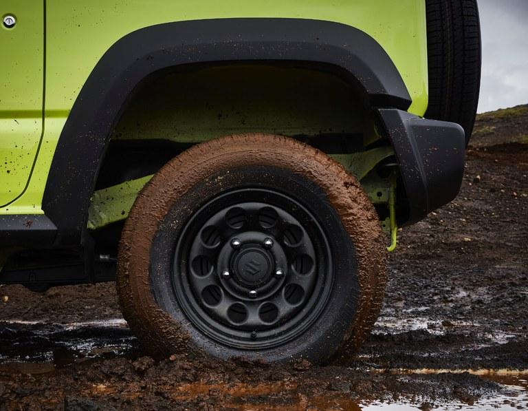 Detailaufnahme eines Hinterreifens eines Suzuki Jimny Hybrid in Kinetic Yellow.