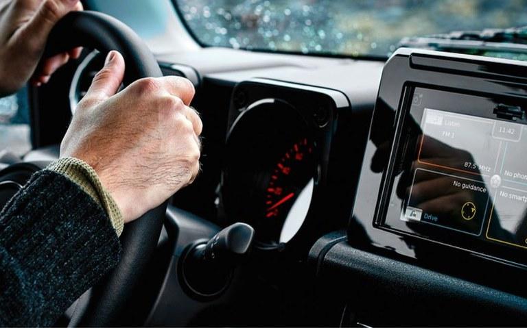 Darstellung der Konnektivität im Farb-Touchscreen des Suzuki Jimny Hybrid.