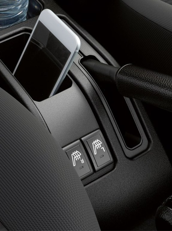 Detailaufnahme der Klimaautomatik in Innenraum eines Suzuki Hybrid Models.
