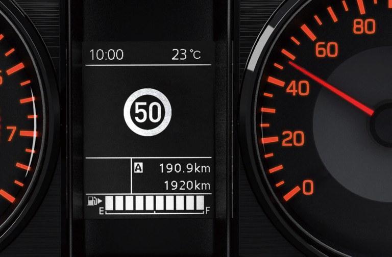 Detailaufnahme des Tachos eines Suzuki Jimny, mit Verkehrserkennung.
