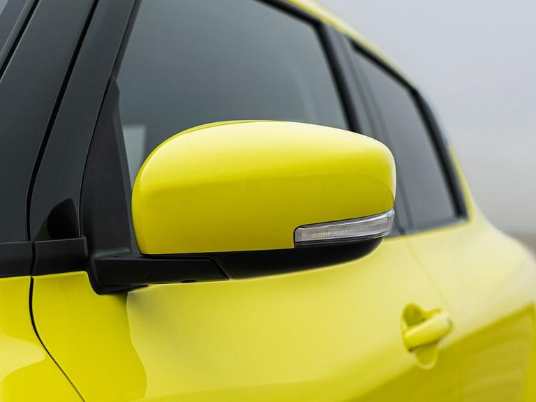 Detailaufnahme des Außenspiegels eines Suzuki Swift Sport Hybrid in Champion Yellow.