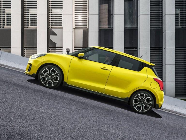 Fahrer des Suzuki Swift Sport Hybrid in Champion Yellow nutzt die Berganfahrhilfe.