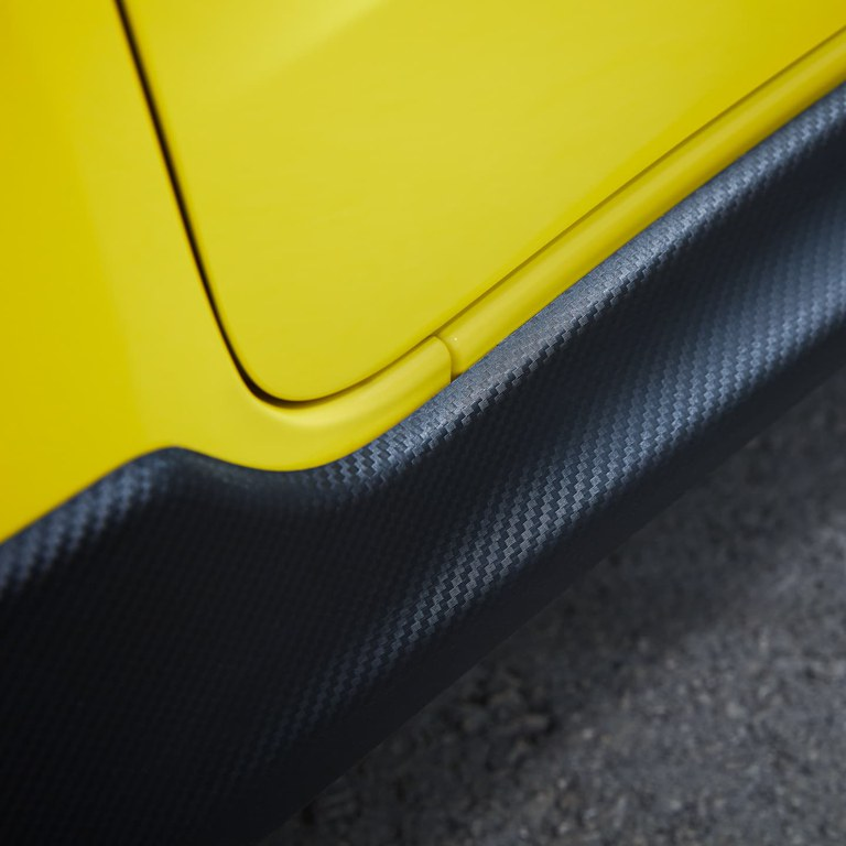 Detailaufnahme der Carbon-Optik eines Suzuki Swift Sport in Champion Yellow