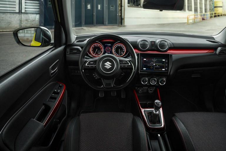 Aufnahme des vorderen Innenraums eines Suzuki Swift Sport.