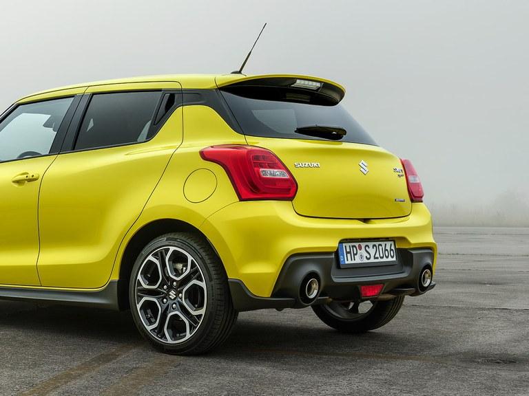 Aufnahme eines Suzuki Swift Sport Hybrid in Champion Yellow, schräg von hinten fotografiert