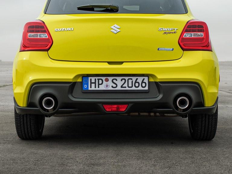 Aufnahme eines Suzuki Swift Sport Hybrid in Champion Yellow, von hinten fotografiert