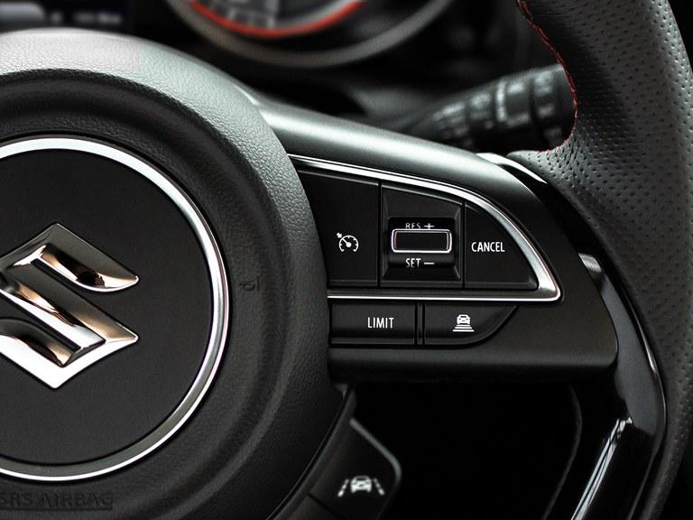 Lenkrad mit Tempomat des Suzuki Swift Sport Hybrid.