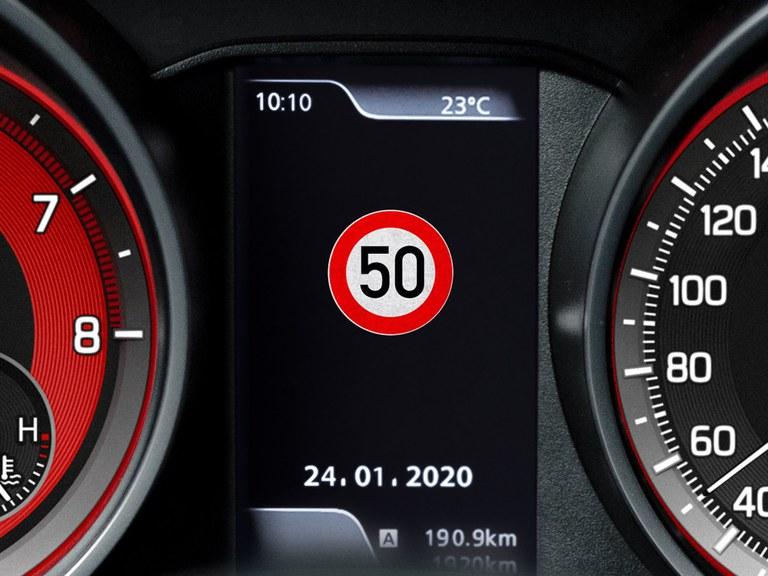 Tacho eines Suzuki Swift Sport Hybrid mit Verkehrzeichenerkennung.