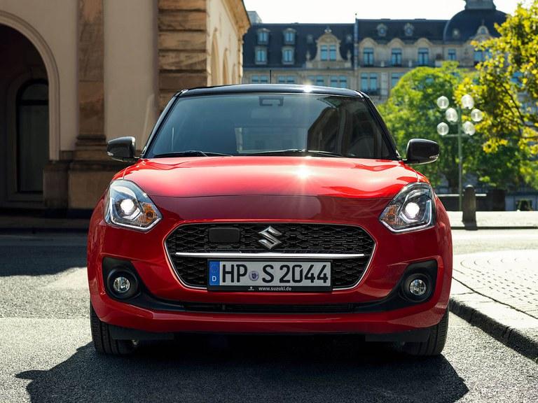 Von vorne fotografierter Suzuki Swift Hybrid in Burning Red Pearl Metallic.