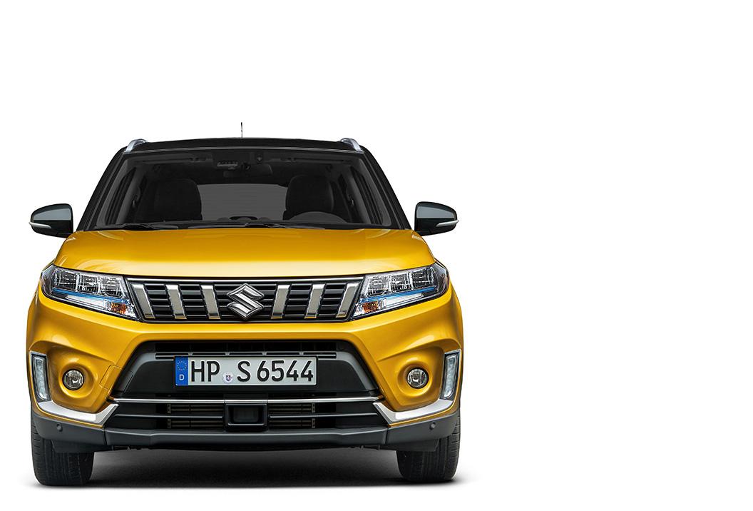 Frontansicht eines Suzuki Vitara Hybrid in Solar Yellow Pearl Metallic.
