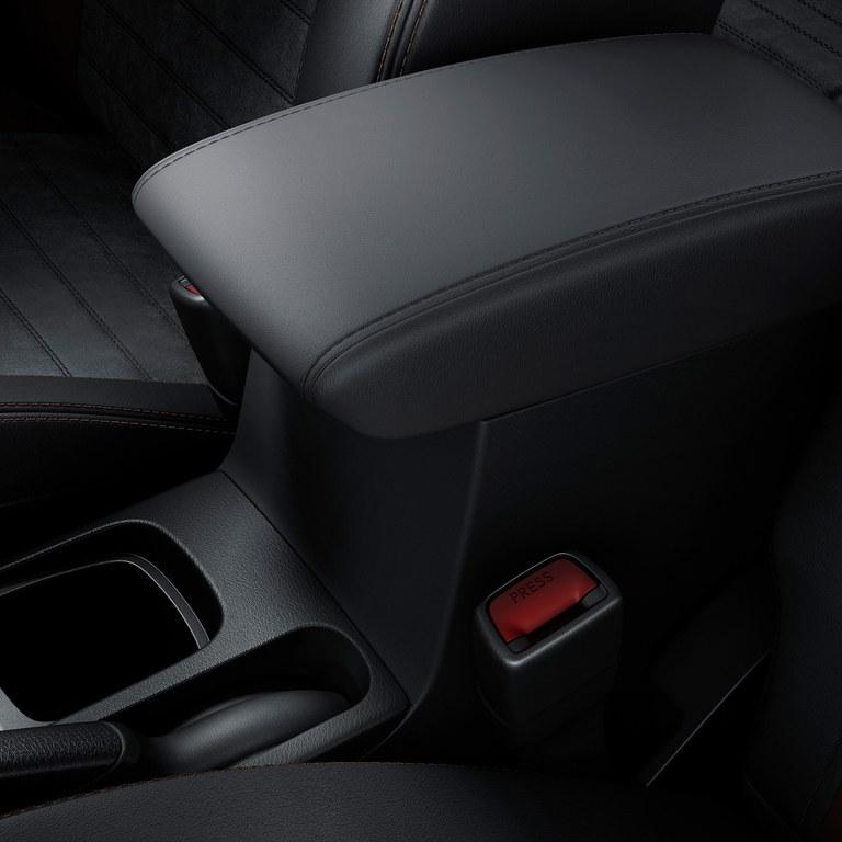 Mittelarmlehne mit Staufach im Suzuki Vitara Hybrid.