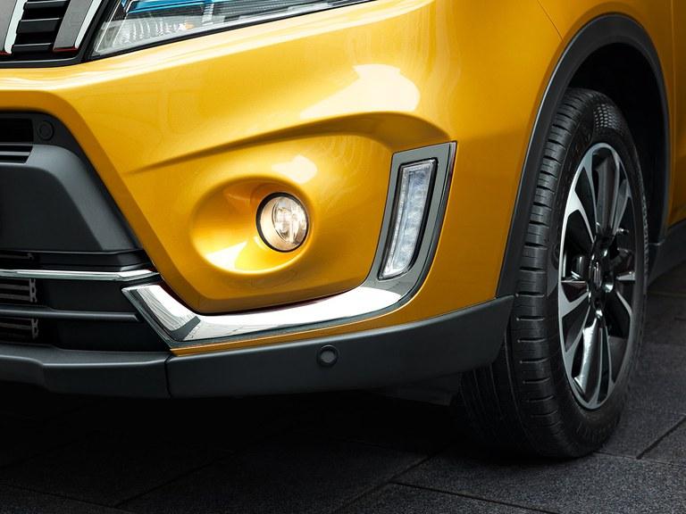 Nebelscheinwerfer des Suzuki Vitara Hybrid in Solar Yellow Pearl Metallic.