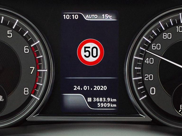 Tacho eines Suzuki Vitara Hybrid mit Verkehrzeichenerkennung.